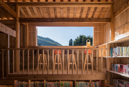 A platform was added within the existing structure in Guang-Yue Granary Bookstore. Image © Meng Zhou