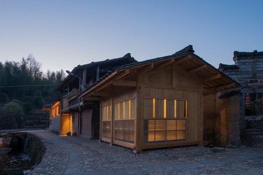 Night view of Yang's School Area. Image © Meng Zhou