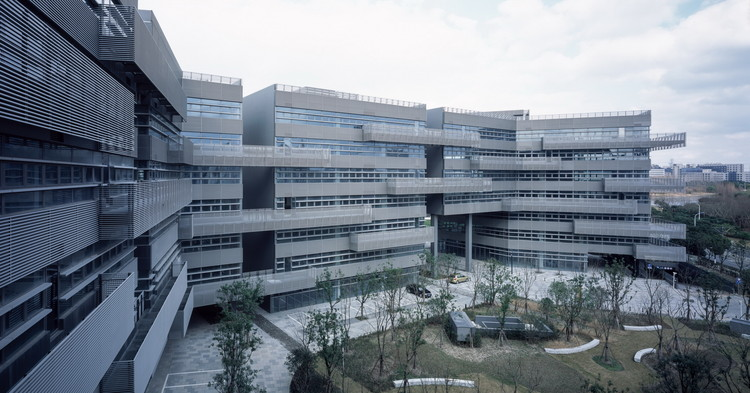 ZhangJiang IC Harbor Phase I / Atelier Archmixing + Atelier Liu Yuyang Architects, Primary courtyard. Image © Hao Chen