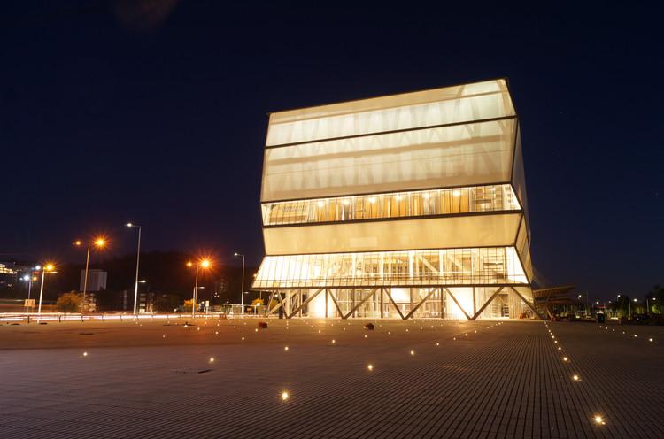 Comienzan las pruebas de luces para la apertura del Teatro Regional del BioBío de Smiljan Radic, Eduardo Castillo y Gabriela Medrano, © Mauricio Bravo