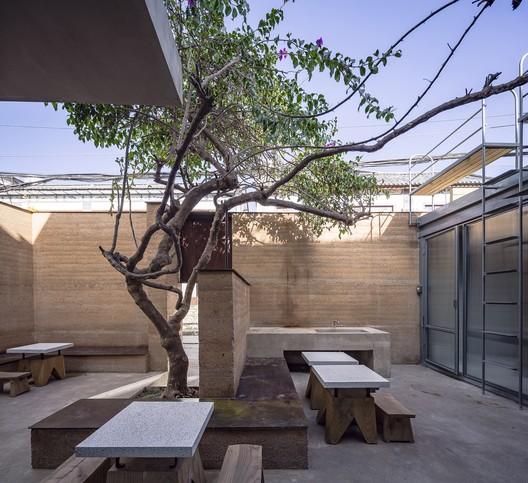 Courtyard. Image © Weiqi Jin
