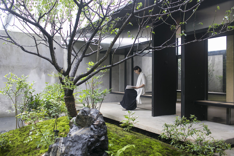 Best Modern Examples of Ancient Courtyard Renovations in China, Tea House in Li Garden / Atelier Deshaus. Image © Fangfang Tian