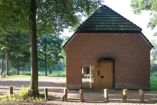 Un nuevo volumen de madera en el interior del granero se presenta en la fachada norte y forma la entrada. Imagen © Stijn Poelstra