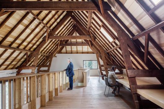 El primer piso se usa como un espacio para la investigación arqueológica. Imagen © Stijn Poelstra