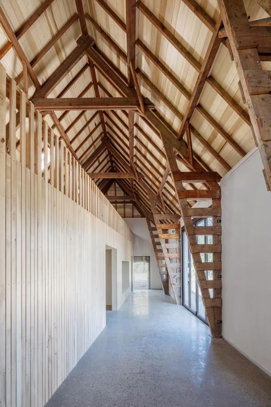 El granero es aislado con lino en las paredes de marco de madera y el techo, y se termina con yeso y madera de álamo de la región. Imagen © Stijn Poelstra