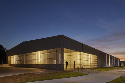 University of Arkansas Art + Design District: Sculpture Studio; Fayetteville, Arkansas / modus studio. Image © Timothy Hursley