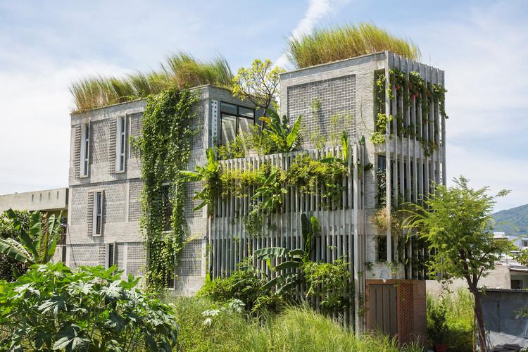 9 Projetos que redefinem a brutalidade do concreto pelo uso da vegetação, © Hiroyuki Oki