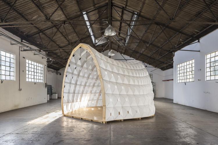 Projeto e fabricação digital: 672 peças de polipropileno corrugado criam um cenário itinerante leve, © Fernando Schapochnik