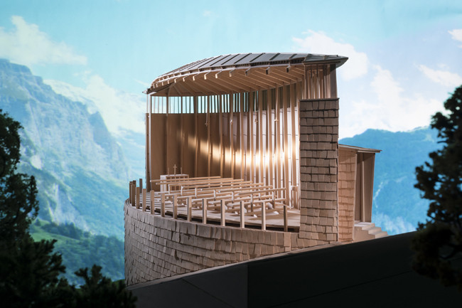 "Queremos conocer tus maquetas. ¡Compártenos tus mejores fotografías!, Una maqueta de la Capilla de San Benito (Peter Zumthor), construida para el curso ""Estudios en cultura tectónica"" de Kenneth Frampton en Columbia GSAPP y <a href='https://www.archdaily.com/805658/these-intricate-architectural-models-will-change-how-you-see-their-famous-full-size-counterparts'>fotografíado por James Ewing para la exhibición ""Stagecraft: Models and Photos""</a>. Image © James Ewing, cortesía de Columbia GSAPP"