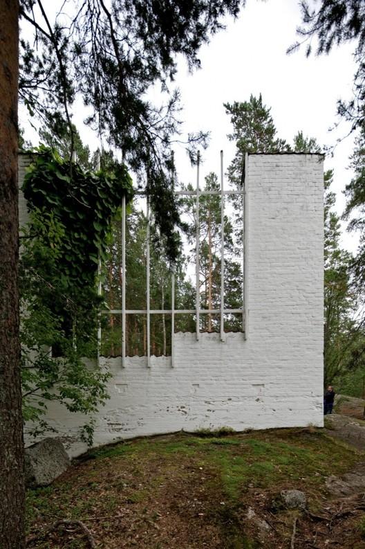 Espaços que consideram as dinâmicas do ambiente dentro no projeto também lidam com a natureza como agente ativo. Casa Experimental Muuratsalo / Alvar Aalto. Foto: © Nico Saieh