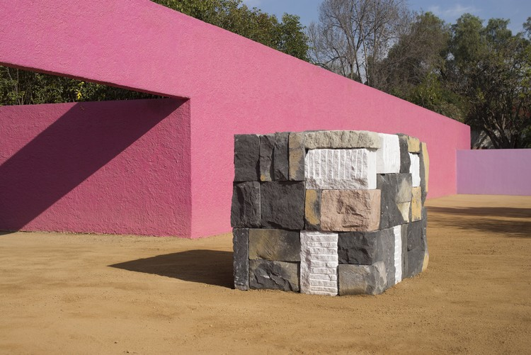 Sean Scully en la Cuadra San Cristóbal de Luis Barragán, la Obra Maestra del Movimiento Moderno, Sean Scully Wall of Light Cubed, Mexico 2018 Stone sourced locally near Mexico City © Sean Scully. Image Cortesía de Felix Friedmann