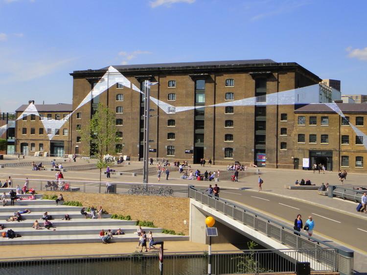 """Frank Gehry diseñaría las nuevas oficinas de Facebook en Londres, © <a href='https://www.flickr.com/photos/mattkieffer/8856379186'>mattkieffer [Flickr]</a>, bajo licencia <a href=""""https://creativecommons.org/licenses/by-sa/2.0/"""">CC BY-SA 2.0</a>. ImageGranary Square en King's Cross Central"""