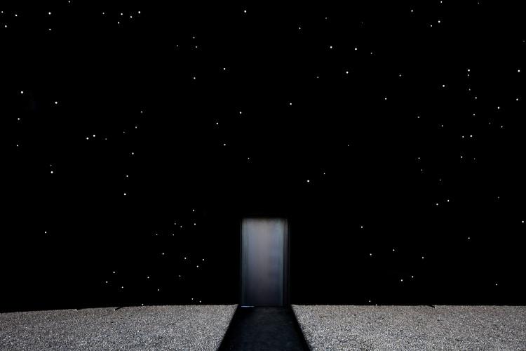 Asif Khan cria o 'edifício mais preto do mundo' para Pavilhão das Olimpíadas de Inverno, © Luke Hayes