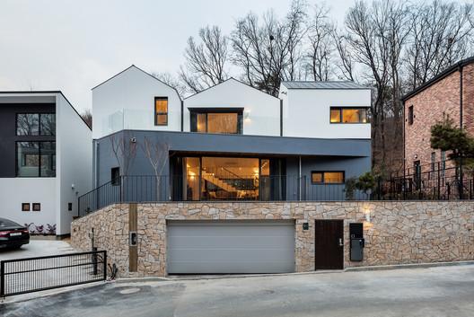 Three-Roof House / PLAIN WORKS
