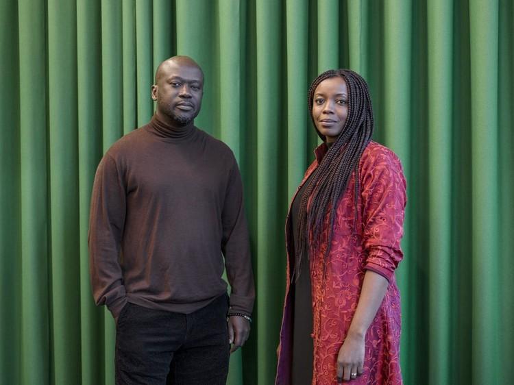 """Sir David Adjaye seleciona Mariam Kamara como sua """"protégée"""" para a Rolex Arts Initiative, Sir David Adjaye com sua protégée Mariam Kamara. Cortesia de Rolex Arts Initiative"""