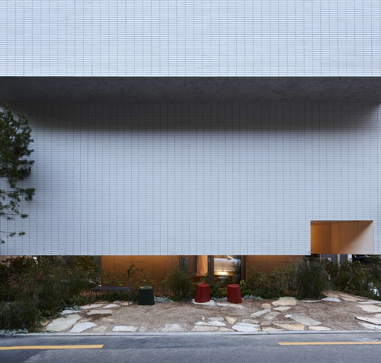 Around Magazine Office Building  / FHHH friends, © Kim Yong Kwan