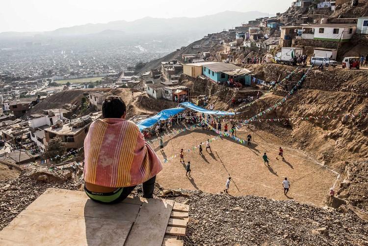 """Ciudad ilegal: La necesidad de discutir un modelo distinto para Lima, """"Fiesta y fútbol"""". Comas, Lima 2015. Image © Eleazar Cuadros"""