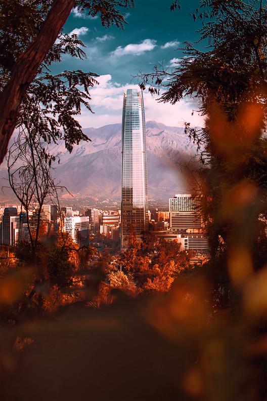 Juan Cristóbal Lara: 'Cualquier lugar te permite tomar una fotografía única', Torre Gran Santiago del Costanera Center en Santiago de Chile. Image © Juan Cristóbal Lara