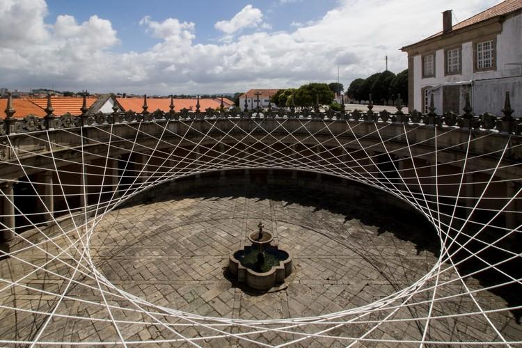Instalação com cabos tensionados transforma pátio de monastério em Vila Nova de Gaia, © Paulo Dias