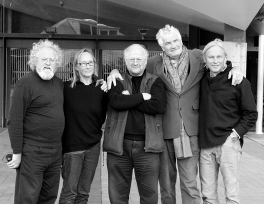 Glenn Murcutt (centro), Pritzker 2002. Image © The Glenn Murcutt Masterclass