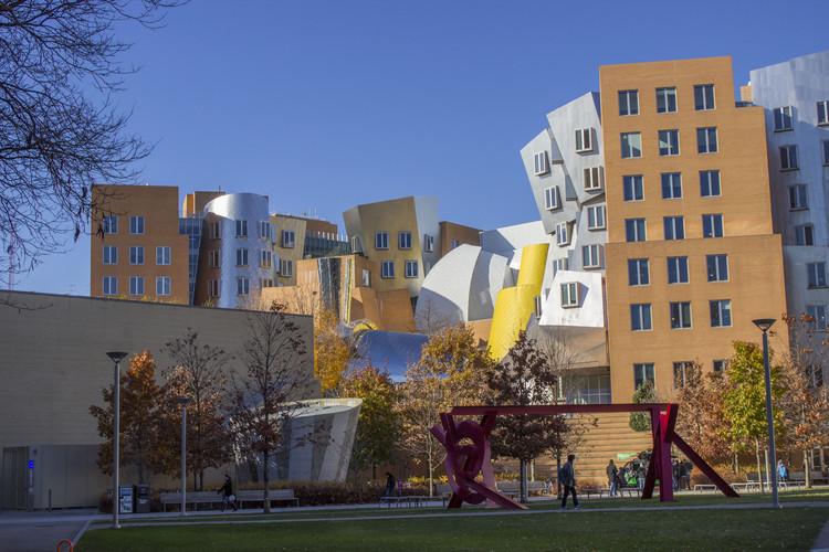 As 200 melhores faculdades de arquitetura do mundo em 2018, Ray and Maria Stata Center no Massachusetts Institute of Technology (MIT), projetado por Gehry Partners. Image © Wikimedia de Lucy Li. Licença CC BY-SA 3.0