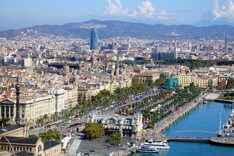 Los barceloneses dedican hasta el 43% de su sueldo al alquiler de sus viviendas, Vista de la ciudad de Barcelona. Image © Lutor44 [Flickr], bajo licencia CC BY-NC 2.0
