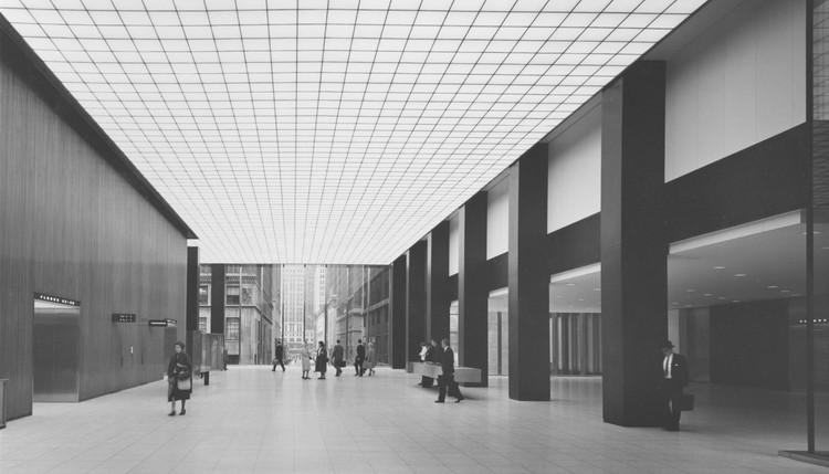 Docomomo cria petição contra a demolição de marco modernista em Nova Iorque, Lobby original do Union Carbide Building. Image © Ezra Stoller | Esto. Cortesia de Docomomo