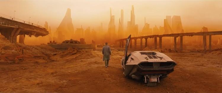 O que Blade Runner 2049 pode nos dizer sobre o futuro das cidades?, A ação em <em>Blade Runner</em> muitas vezes nem ocorre em Los Angeles. Aqui, K se aproxima de Las Vegas. Imagem © 2017 Warner Bros. Entertainment Inc. <a href='http://www.imdb.com/title/tt1856101/mediaindex'>via imdb</a> (used under fair use)