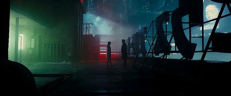 © 2017 Warner Bros. Entertainment Inc. <a href='http://www.imdb.com/title/tt1856101/mediaindex'>via imdb</a> (utilizado bajo <i>fair use</i>). ImageNo hay mucha diferencia con la arquitectura de Los Ángeles que se muestra en <em>Blade Runner 2049 </em>