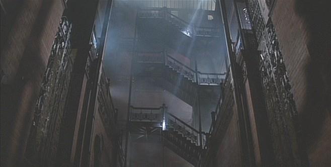 © 1982 Warner Bros. Entertainment Inc. <a href='http://moviecitynews.com/2012/10/wilmington-on-dvds-blade-runner/'>via Movie City News</a> (utilizado bajo <i>fair use</i>). ImageEn quizás su papel más famoso, el Edificio Bradbury refleja el eclecticismo de la arquitectura en <em>Blade Runner</em>