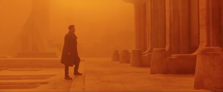 © 2017 Warner Bros. Entertainment Inc. <a href='http://www.imdb.com/title/tt1856101/mediaindex'>via imdb</a> (utilizado bajo <i>fair use</i>). ImageEn <em> Blade Runner 2049</em>, la arquitectura es reemplazada con cinematografía mocromática. Aquí, Las Vegas es ANARANJADO.