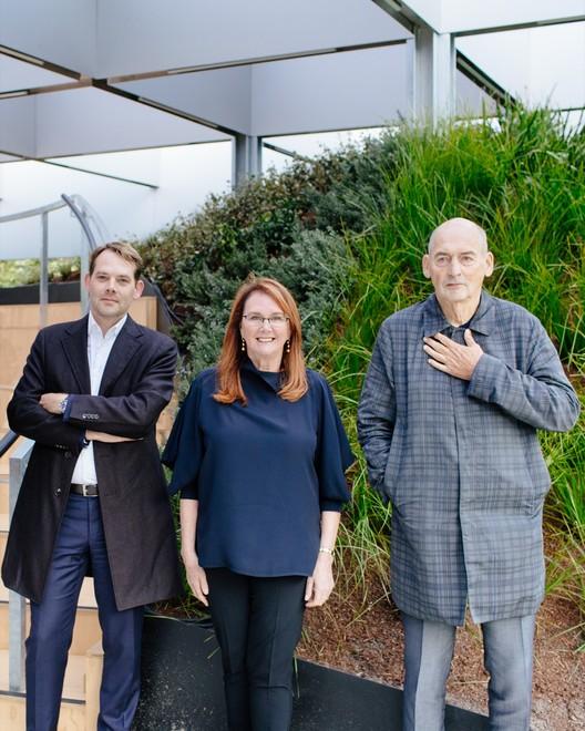 David Gianotten, Naomi Milgrom y Rem Koolhaas (hacia la izquierda). Fotografía de Timothy Burgess. Cortesía de MPavilion
