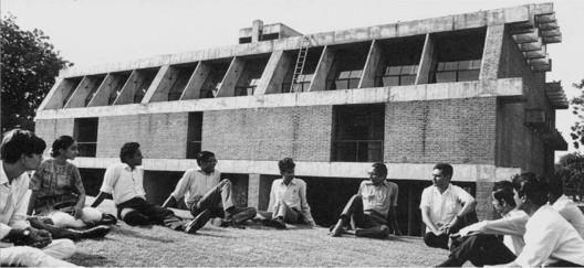 Balkrishna V. Doshi con estudiantes de la Escuela de Arquitectura, CEPT , Ahmedabad, c . 1970s.. Imagen vía India: Modern Architectures in History de Peter Scriver, Amit Srivastava