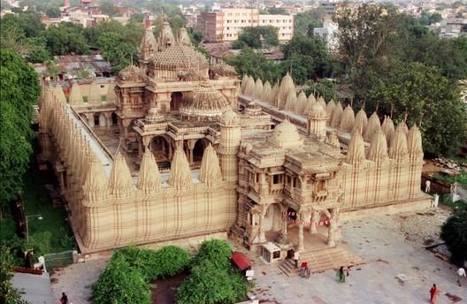Sheth Hutheesinh Temple por Kalyan Shah usada bajo CC BY-SA 3.0