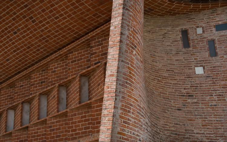 O aparelhamento de tijolos da Igreja Cristo Obrero de Eladio Dieste, sob as lentes de Gonzalo Viramonte, © Gonzalo Viramonte