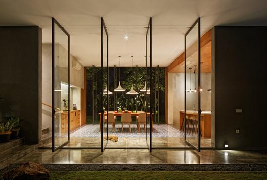 Casa Inside Outside  / Tamara Wibowo Architects