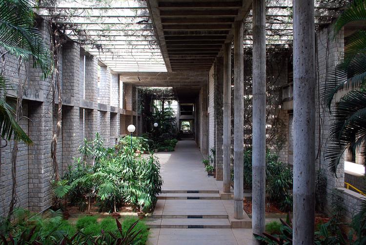 "El Pritzker a Balkrishna Doshi nos recuerda que ""los arquitectos están al servicio de la sociedad"", Indian Institute of Management / Balkrishna Doshi. Imagen © <a href='https://commons.wikimedia.org/wiki/File:IIM-B_016.jpg'>Sanyam Bahga [Wikimedia]</a>, bajo licencia <a href='https://creativecommons.org/licenses/by-sa/3.0/deed.en'>CC BY-SA 3.0</a>"