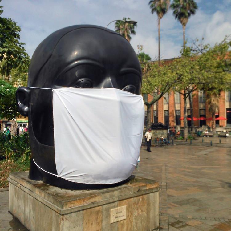 Medellín confirma que a poluição ambiental é a mais preocupante na Colômbia, Uma iniciativa de Low Carbon City consistiu em colocar máscaras em estátuas de Botero em Medellín, como resultado do estado atual de poluição. Imagem via La Ciudad Verde [Facebook]