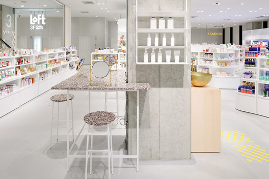 The Vanity Corner allows visitors to directly try products from the surrounded shelving. Image © DUS and Nacása&Partners Inc