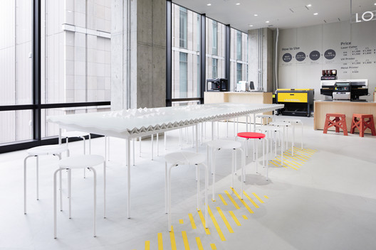 The Landscape Table is in the 'innovation lab' area, it is a statement piece that can double up as boardroom or reading table. Image © DUS and Nacása&Partners Inc
