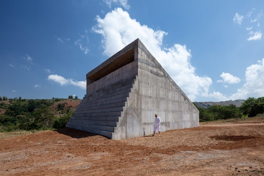 Form composed by the addition of a trapezoidal volume and another stepped volume. Image © Eric Gregory Powell
