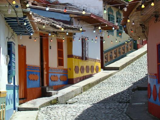 Street in Guatape, Antioquia. Image © Iván Erre Jota [Flickr], Under License CC BY-SA 2.0