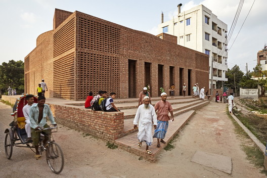 Bait Ur Rouf Mosque by Marina Tabassum, who Frampton names as a practice doing exceptional work in Asia. Image © Aga Khan Trust for Culture / Rajesh Vora