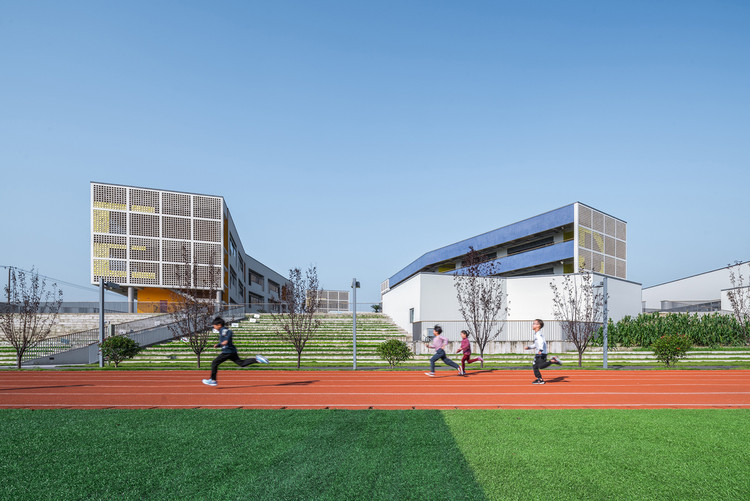 Tongji University Affiliate Elementary School / Atelier Liu Yuyang Architects, Stepped turf and landscape. Image © CreatAR Images