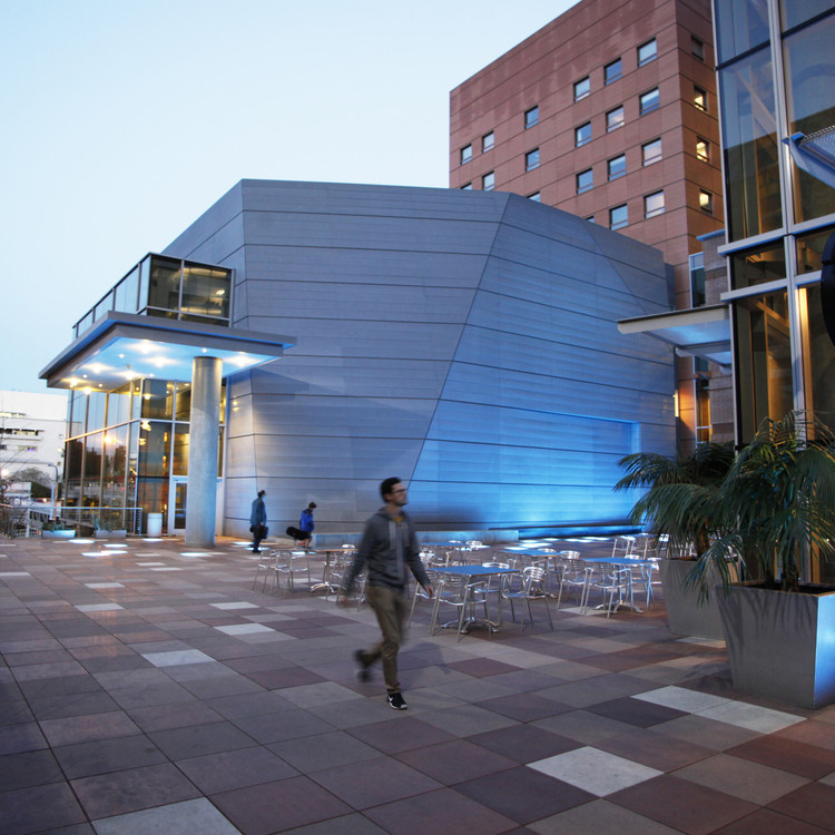 Frank Gehry é selecionado para projetar expansão da Escola de Design Colburn em Los Angeles, Praça Escola  Colburn. Imagem © Philip Pirolo