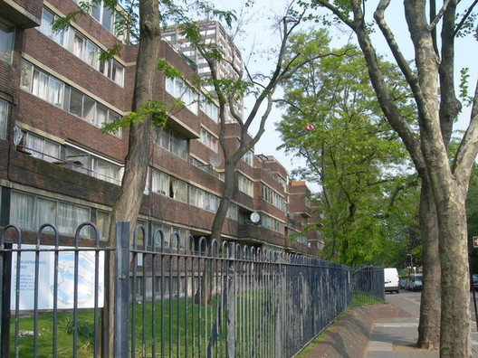 Lancaster West Estate. Image © <a href='https://www.geograph.org.uk/photo/419407'>Ggeograph user Danny P Robinson</a></noindex></noindex> licensed under <noindex><noindex><a target=