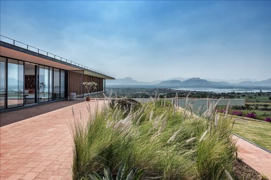 Casa con la roca elevada / Spasm Design