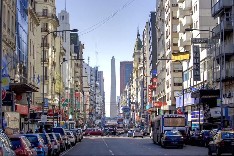 Comienzan las obras para convertir en peatonal nocturna la avenida Corrientes de Buenos Aires, vía Wikipedia user: HalloweenHJB Licensed Under CC BY-SA 3.0