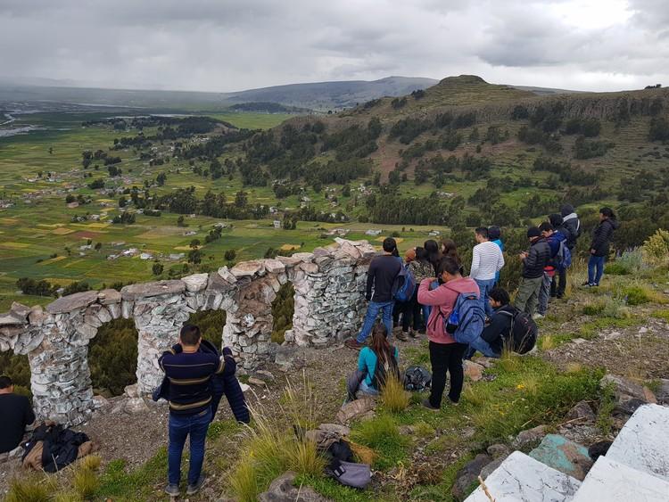 250 estudiantes de toda Latinoamérica inauguran el XV Taller Social Latinoamericano en Perú , Mirador de Chucuito con vista al Lago Titicaca (Perú y Bolivia). Image © Nicolás Valencia
