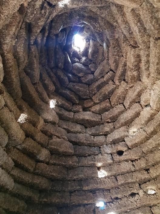Putucos: la arquitectura vernacular tiene algo que decir sobre sustentabilidad, Interior de un putuco abandonado con claraboya. Image © Nicolás Valencia